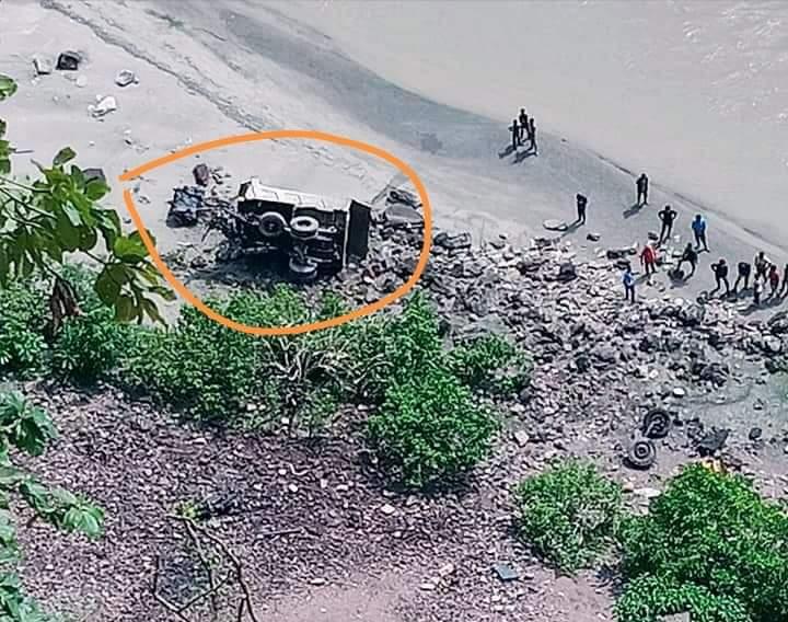 प्यूठानमा चुनढुङ्गा बोकेको टिपर दुर्घटना हुँदा दुई जनाको मृत्यु