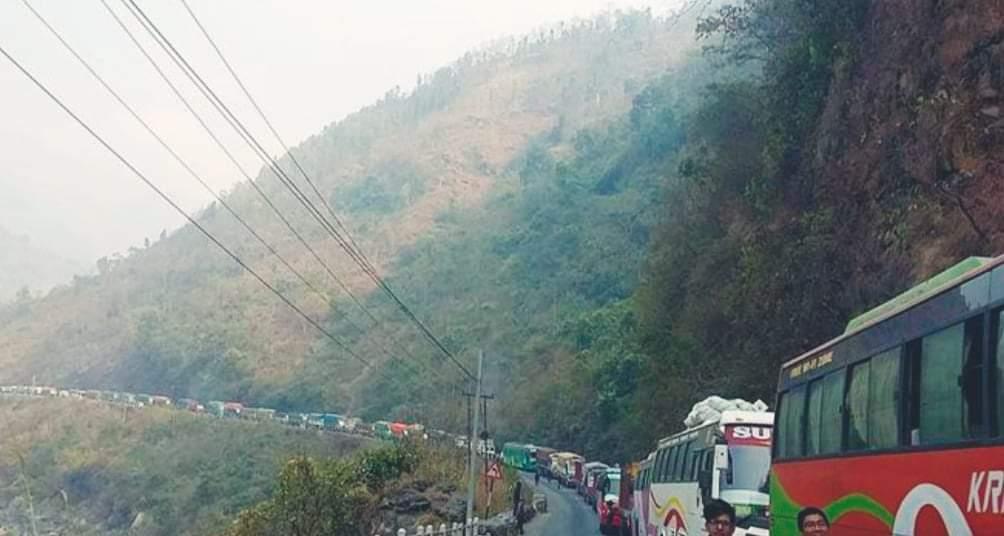 नारायणगढ मुग्लिन सडक अवरुद्ध