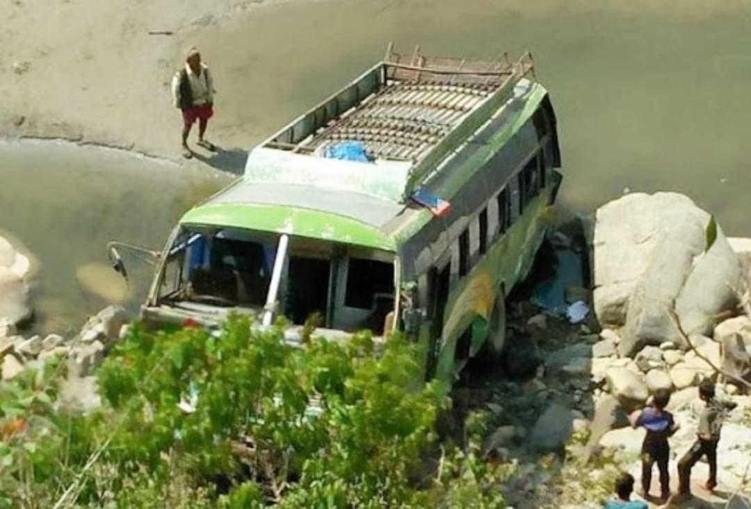 भेरी नदीमा बस खस्दा एकजनाको मृत्यु दुई जना घाइते