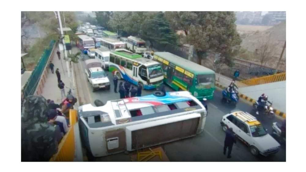काठमाडौंको भद्रकालीमा बस दुर्घटना दुईजना घाइते