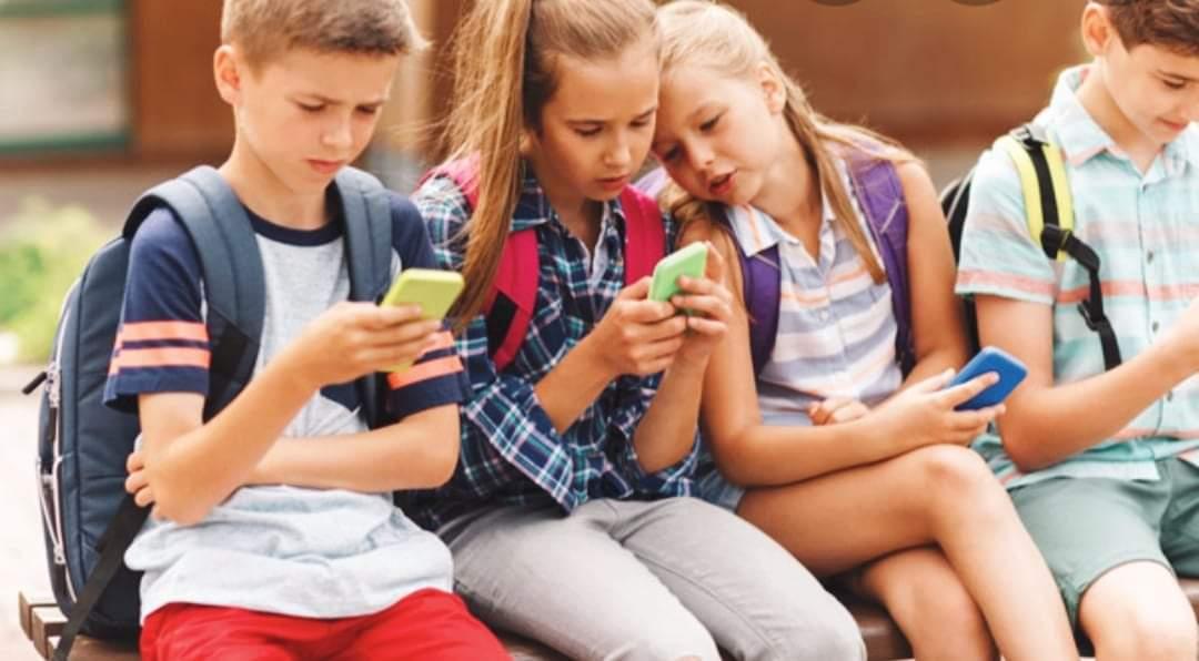 मोबाइलको लतले बालबालिकाको ज्यानै जोखिमको खतरा