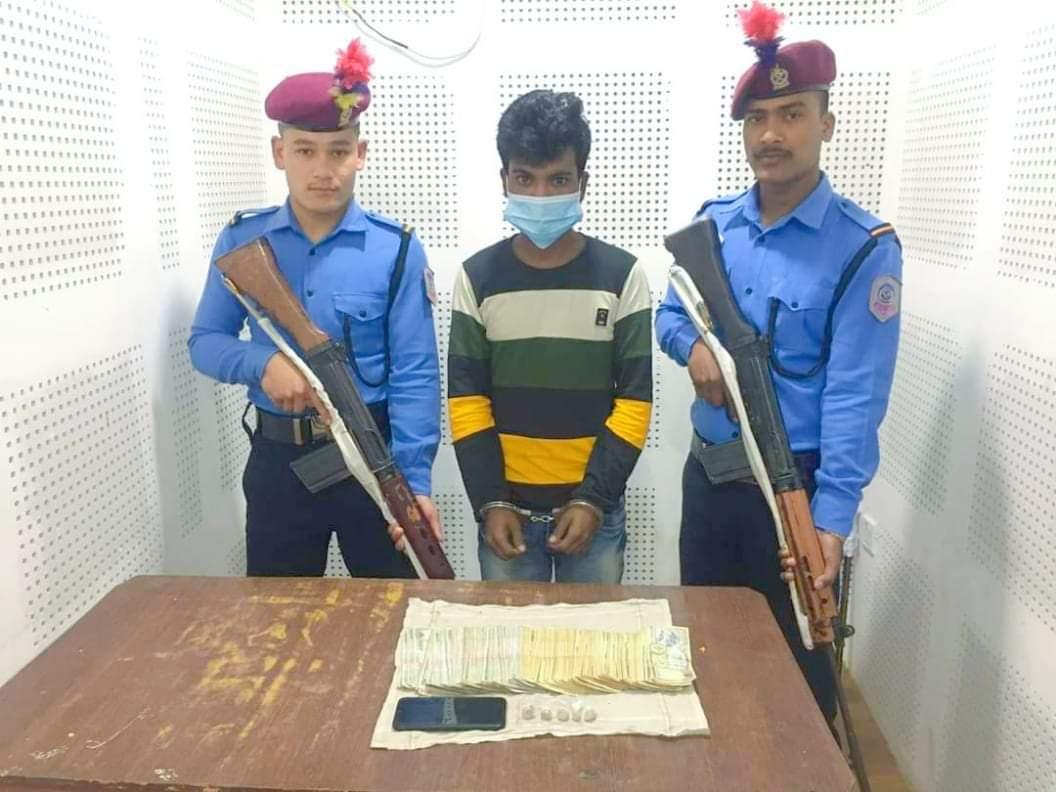 दाङ प्रहरीले लागुऔषध नगद र अवैध कपडा सहित एक भारतीय पक्राउ