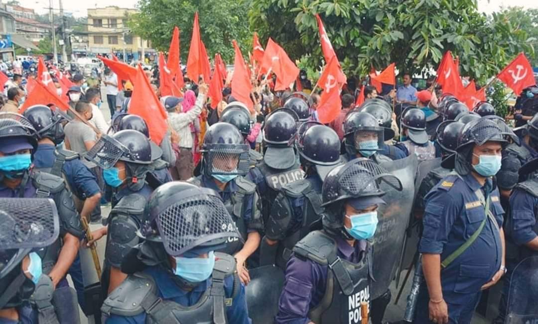 प्रधानन्यायाधीश चोलेन्द्र शमशेर मुर्दावाद भन्दै पुत्ला जलाउने युवा संघ र प्रहरीबीच झडप