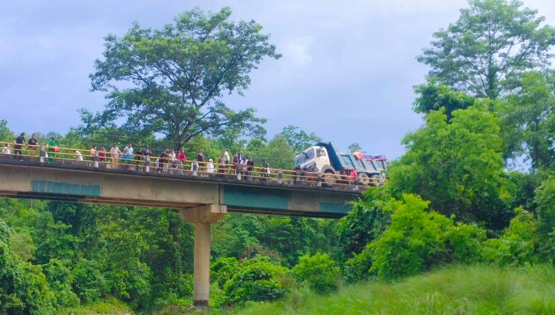 दाङको मसोट पुलमा टिप्पर दुर्घटना हुदा ४ घण्टा सडक अवरुद्ध पछी सुचारू