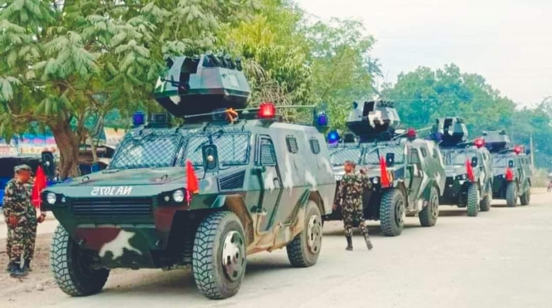 गुल्मबाट सेनाका बख्तरबन्द गाडी सडकमा निस्किने तयारी